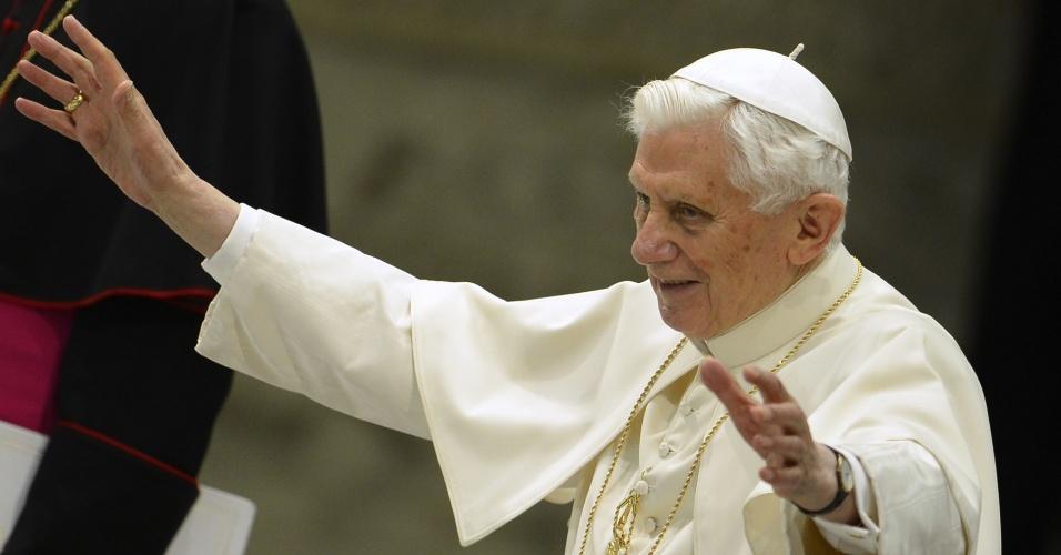 13.fev.2013 - O papa Bento 16 acena para fiéis ao entrar no salão Paulo 6º, no Vaticano, para audiência semanal. Este é o primeiro evento público do papa depois de anunciar sua renúncia
