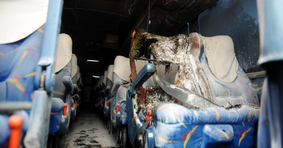 13.fev.2013 - Ônibus de turismo é incendiado em Florianópolis, na manhã desta quarta-feira (13). O veículo estava estacionado em uma rua no bairro da Tapera