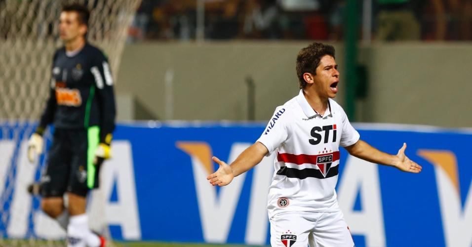 13.fev.2013 - Osvaldo, do São Paulo, reclama de lance durante a partida contra o Atlético-MG
