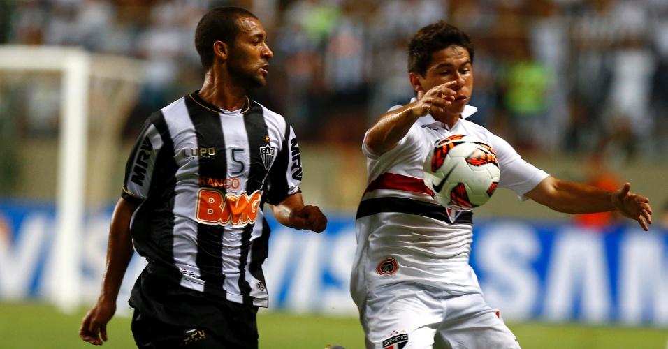 13.fev.2013 - Osvaldo, do São Paulo, tenta fugir da marcação de Pierre, do Atlético-MG