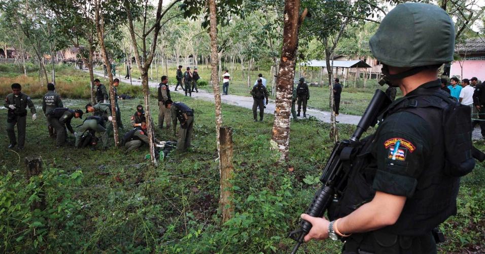 13.fev.2013 - Policiais periciam local onde pelo menos 19 insurgentes islâmicos foram mortos em um ataque frustrado a uma base militar na província tailandesa de Narathiwat