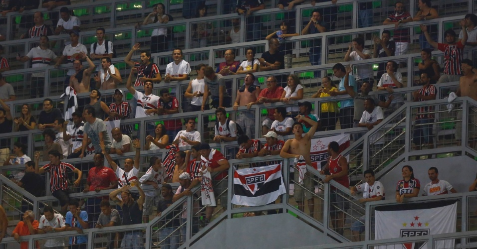 13.fev.2013 - Torcida do São Paulo também comparece ao estádio Independência para apoiar o Tricolor Paulista na estreia da fase de grupos. Na pré-Libertadores, o time paulista eliminou o Bolívar