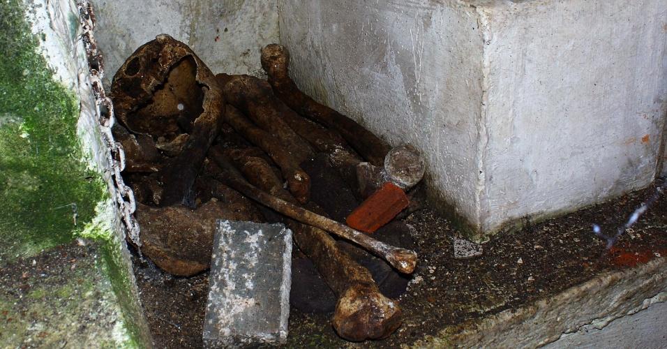 13.fev.2013 - Túmulos abertos no Cemitério do Araçá, na zona oeste de São Paulo, deixam ossos à mostra