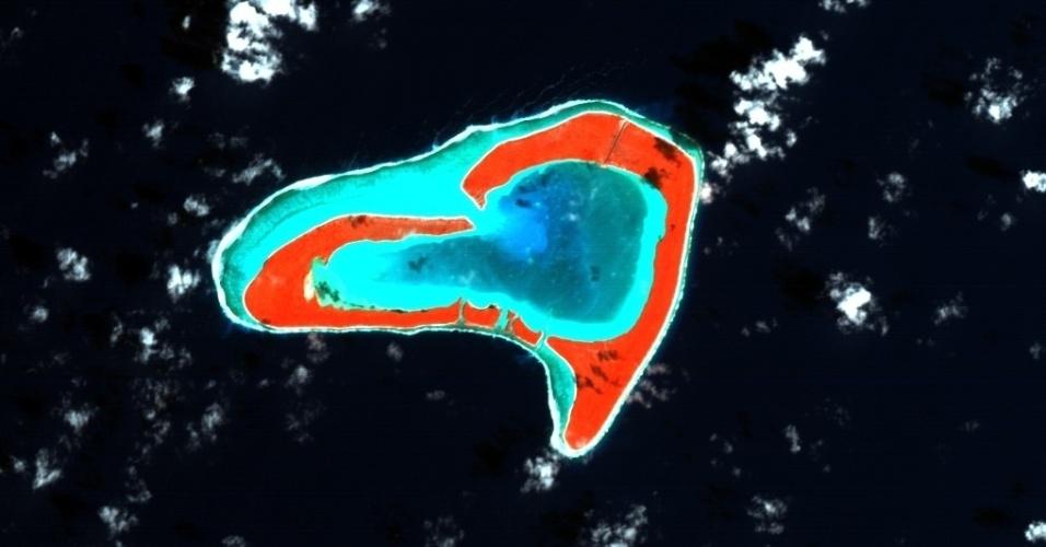 13.fev.2013 - Uma ilha em formato de coração no oceano Pacífico foi registrada por um satélite da Agência Espacial Europeia (ESA, na sigla em inglês) a 600 quilômetros de altura. Tupai é uma ilha de corais da Polinésia Francesa, localizada a cerca de 20 quilômetros do norte de Bora Bora