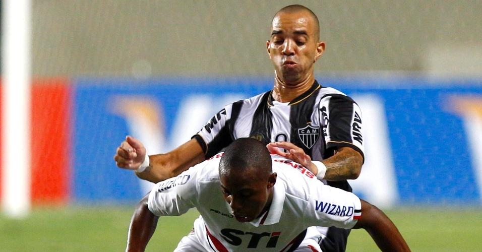 13.fev.2013 - Wellington, do São Paulo, protege a bola da chegada de Diego Tardelli, do Atlético-MG