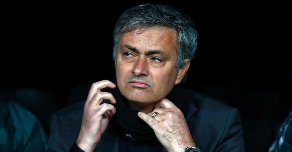 13.fev.2013- Técnico do Real Madrid, José Mourinho ajeita o cachecol enquanto assiste ao jogo entre a equipe espanhola e o Manchester United