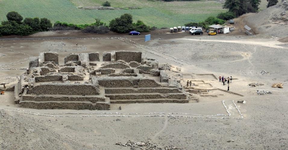 13.fev.2013 - Arqueólogos do Peru anunciaram ter descoberto um templo de 5.000 anos no sítio arqueológico de El Paraíso, perto de Lima. A construção é um prédio retangular que tem, em seu centro, uma estrutura que seria usada para manter uma fogueira, provavelmente em oferendas cerimoniais