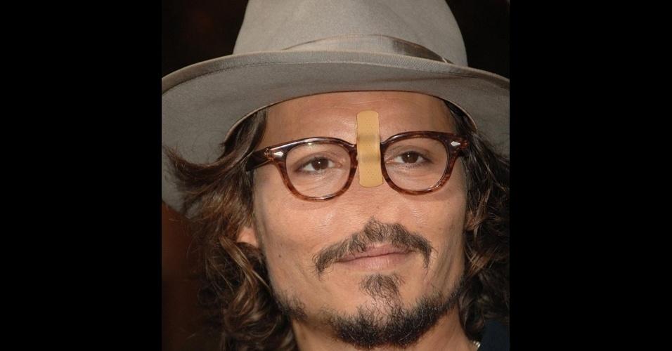 """O site """"Freaking News"""" reúne fotos de celebridades que tiveram os narizes retirados em editores de imagens. Em alguns casos, os famosos perderam também a sobrancelha, como no caso do ator Johnny Depp (que precisou até de um esparadrapo para segurar os óculos)"""
