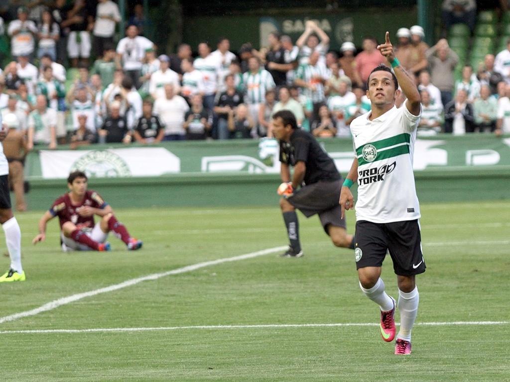 Rafinha comemora um de seus gols na vitória do Coritiba diante do Toledo