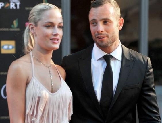 04.nov.2012 - Em imagem de novembro de 2012, Oscar Pistorius aparece ao lado da namorada Reeva Steenkamp em prêmio na cidade de Joanesburgo