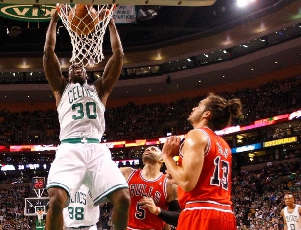 13.fev.2013 - Brandon Bass crava a bola no apertado triunfo, por 71 a 69, do Boston Celtics sobre o Chicago Bulls