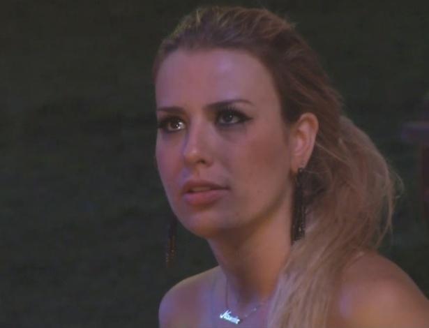 13.fev.2013 - Fernanda se emociona ao ouvir Kamilla cantar
