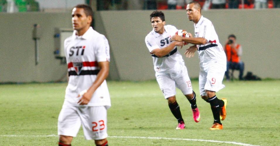 13.fev.2013 - Jogadores do São Paulo reagem ao gol marcado por Aloísio durante jogo contra o Atlético-MG