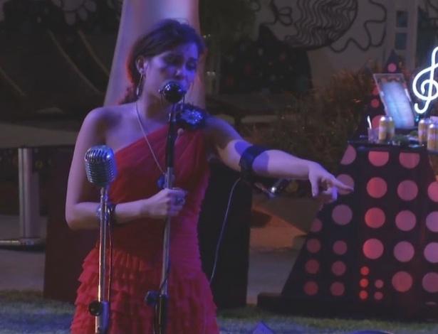 13.fev.2013 - Kamilla canta para Fernanda durante festa na madrugada desta quinta-feira