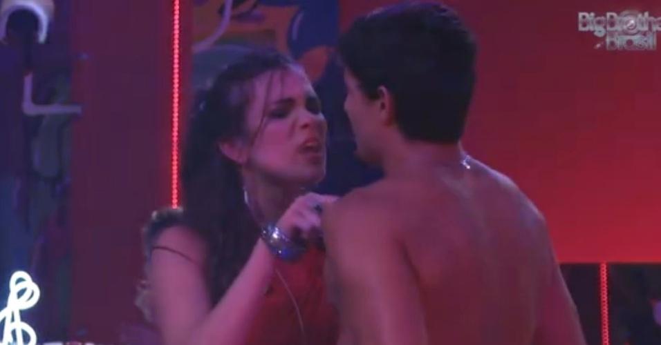 """13.fev.2013 - Kamilla provoca André: """"Você é brocha. Bicha!"""", exclamou"""