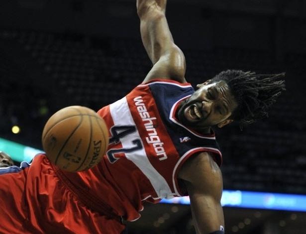 13.fev.2013 - Nenê enterra a bola para os Wizards, em mais uma derrota da equipe da capital dos EUA, desta vez para o Detroit Pistons
