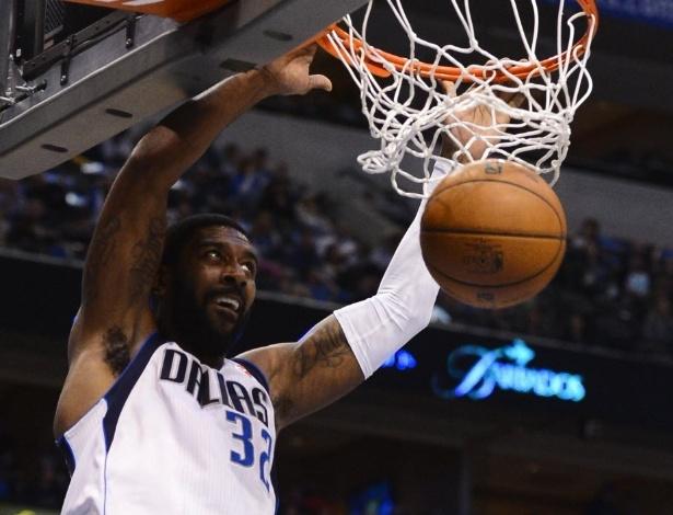 13.fev.2013 - O.J. Mayo enterra na vitória do Dallas Mavericks sobre o Sacramento Kings em casa