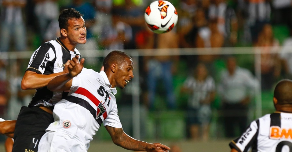 13.fev.2013 - Réver, do Atlético-MG, disputa jogada aérea com Paulo Miranda, do São Paulo