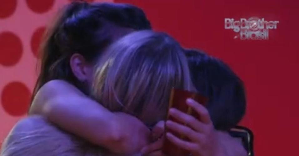13.fev.2013 - Sisters dão selinho triplo após mal-entendido entre Andressa e Kamilla