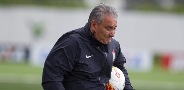 14.02.2013 - Tite, tcnico do Corinthians, se encolhe por conta dos raios que paralisaram o treino no CT Joaquim Grava