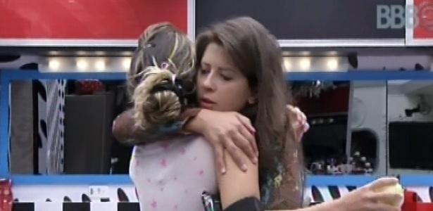 14.fev.2013 - Andressa acorda e dá uma braço de bom dia em Maroca