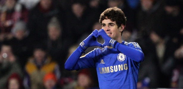 Oscar comemora o gol da vitória do Chelsea sobre o Sparta Praga, pela Liga Europa