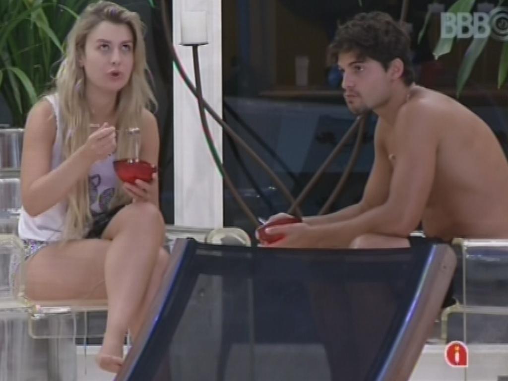 14.fev.2013 - Fernanda e André comem na área externa da casa. Ela ainda deu um bronca em André pelo hábito do brother fumar