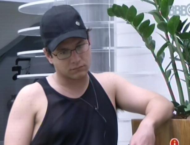 14.fev.2013 - Ivan observa outros participantes sentados na sala da casa