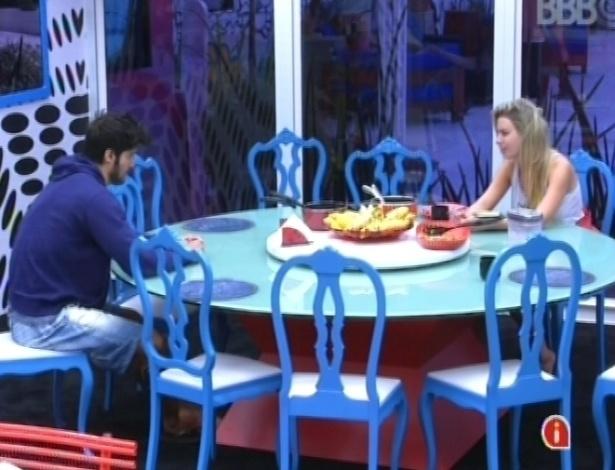 14.fev.2013 - Marcello e Fernanda conversam na mesa do almoço sobre as intranquilidades da loira