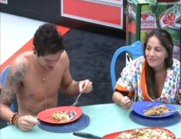 14.fev.2013 - Nasser e Anamara comem macarronada que Maroca fez para o almoço