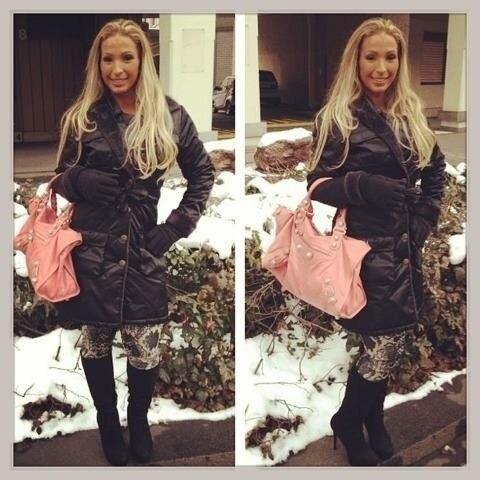 14.fev.2013 - Valesca Popozuda posa com casaco na Suíça