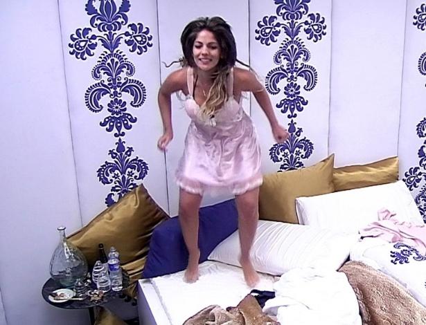 27.jan.2013 - De camisola, Anamara pula em cima da cama, comemorando a sua falsa eliminação do
