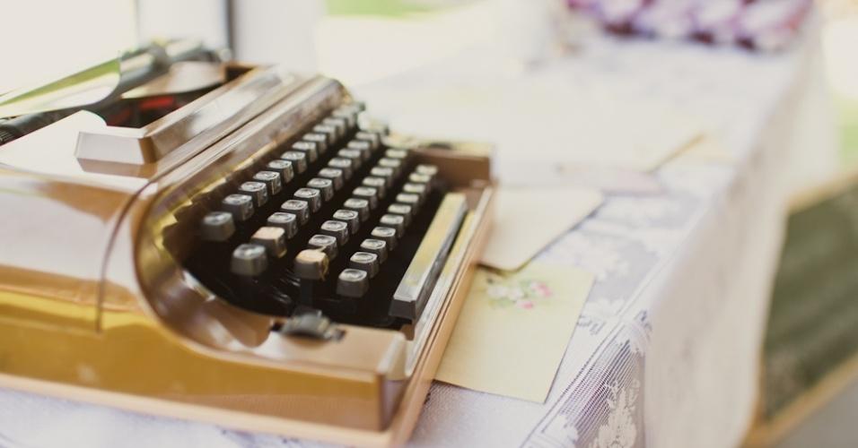 A máquina de escrever da infância do noivo e os papéis de carta da coleção da noiva foram disponibilizados em um ambiente do casamento para os convidados deixarem recados para o casal