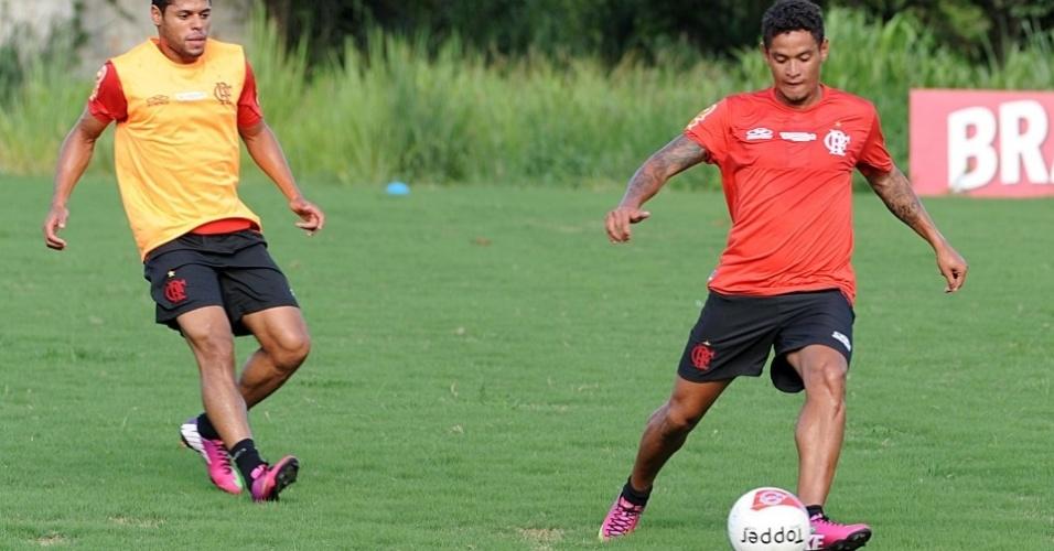 Carlos Eduardo domina a bola durante treinamento do Flamengo no Ninho do Urubu