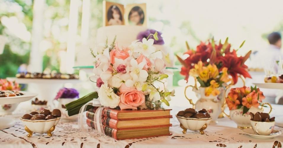 Decoração feita com objetos de família, como xícaras de porcelana, usadas para acomodar chocolates e livros antigos
