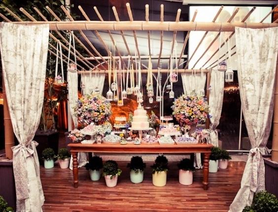Mesa de doces com flores e detalhes coloridos. Invista em tons pastel para criar um casamento vintage