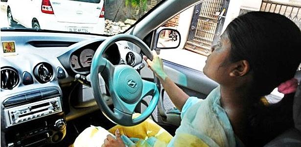 Mulheres taxistas viram a procura pelo serviço aumentar em Nova Déli, na Índia