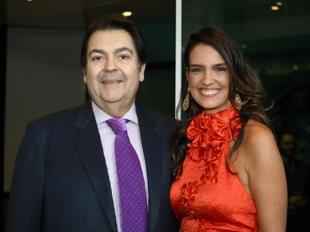 O apresentador Fausto Silva com sua mulher, Luciana Cardoso, padrinhos do casamento de Victor e Cláudia