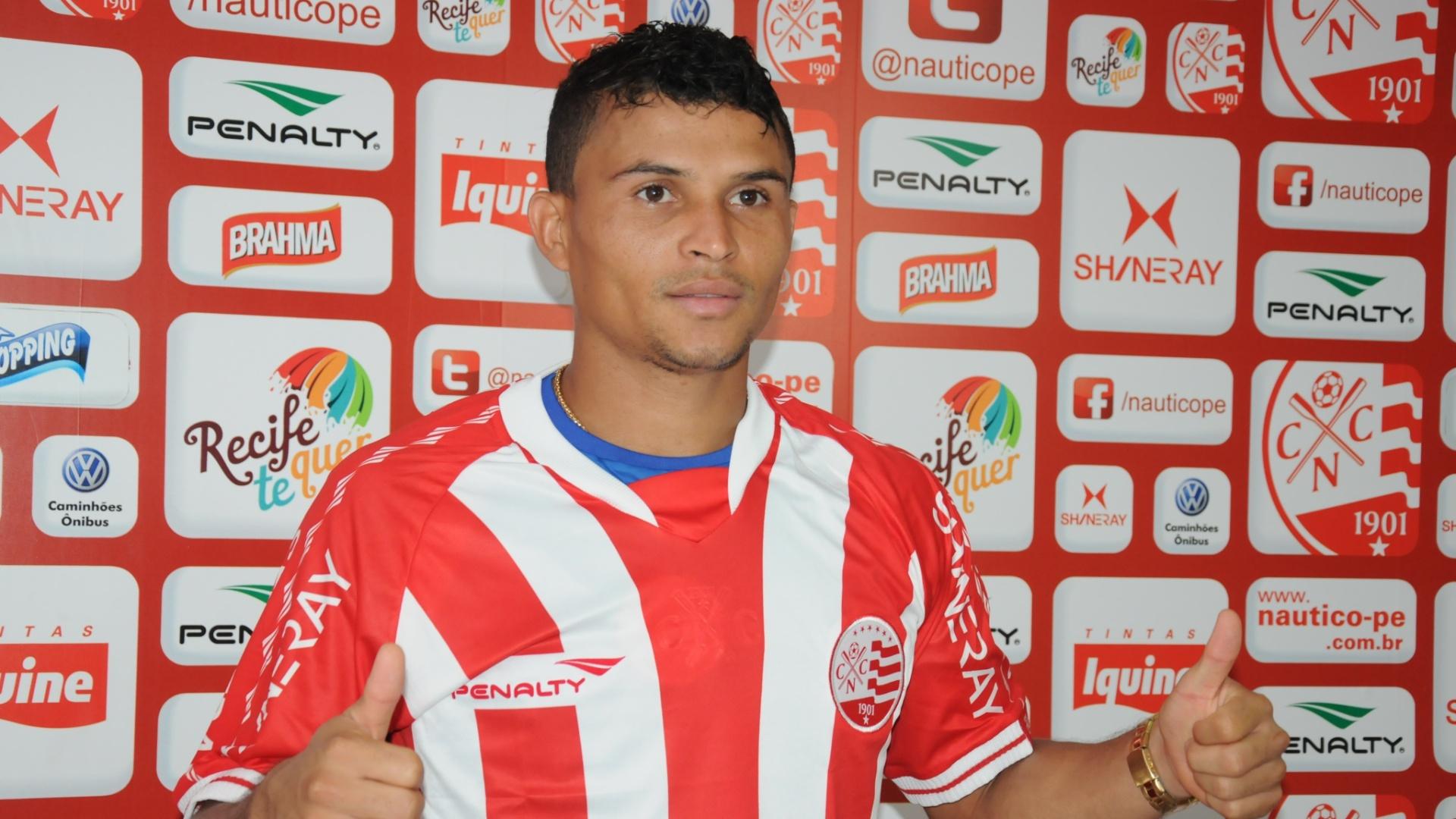 O lateral direito Maranhão posa para foto após ser anunciado como jogador do Náutico