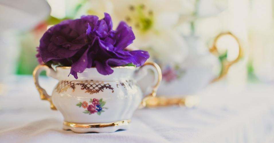 Xícaras de porcelana também podem ser usadas para colocar flores