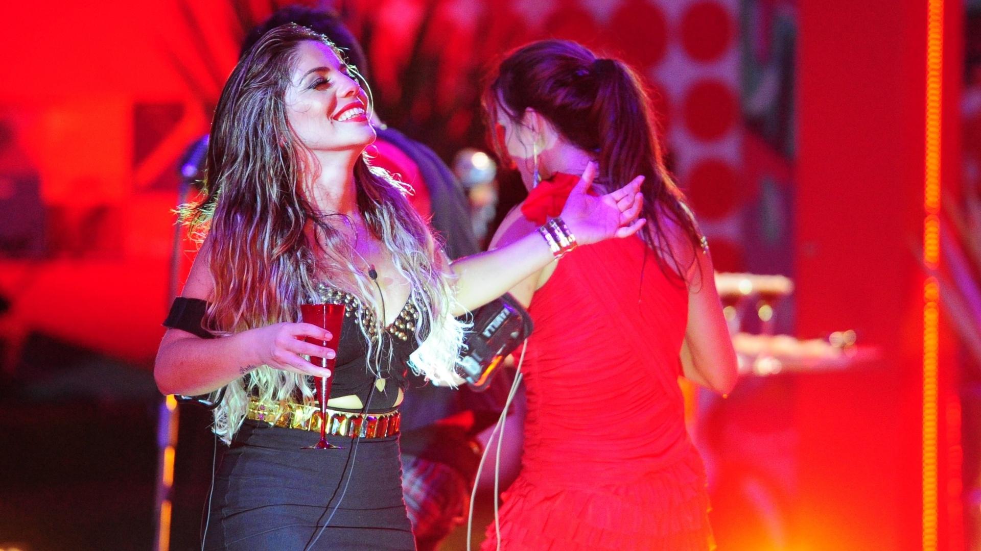 13.fev.2013 - Anamara aproveita o início da festa, sorrindo para si mesma