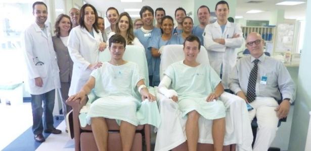 Os gêmeos Emanuel e Guilherme com a equipe médica do Hospital Mãe de Deus, em Porto Alegre