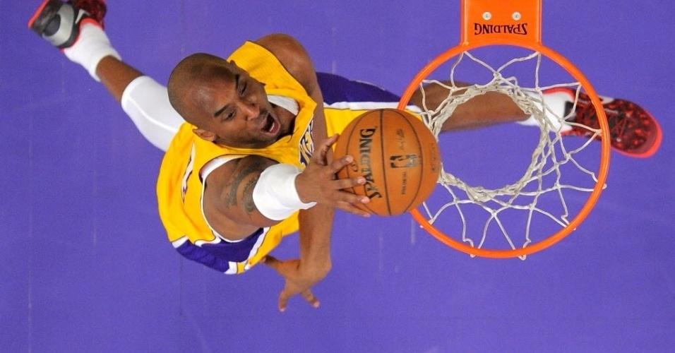 14.fev.2013 - Kobe Bryant grita ao enterrar para os Lakers, em mais uma derrota da equipe, desta vez para os rivais de cidade, os Clippers