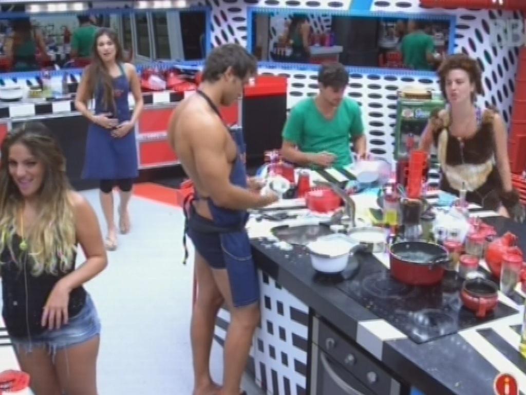 15.fev.2013 - Anamara, Kamilla, Eliéser, André e Fernanda arrumam a cozinha da casa principal após o jantar