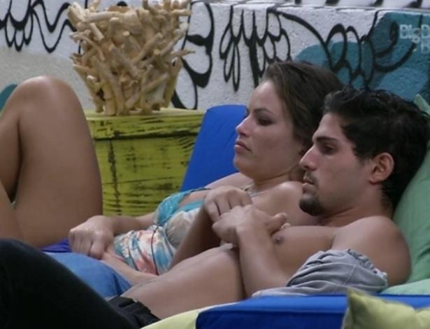 15.fev.2013 - André e Natália conversam sobre número de votos para o próximo paredão