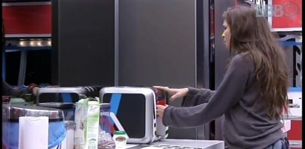 15.fev.2013 - Antes de sair da casa para a realização da prova, Kamilla tomou café e comeu bolachas na cozinha