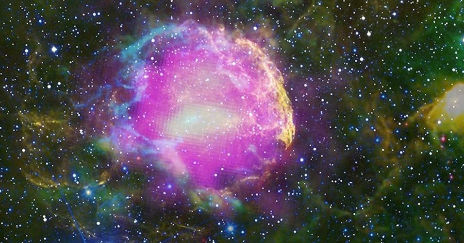 """15.fev.2013 - Após analisar dados do telescópio espacial de raios gama Fermi, da Nasa (Agência Espacial Norte-Americana), cientistas comprovaram que os raios cósmicos são criados nas supernovas. É que essas explosões de estrelas gigantes aceleram prótons tão rapidamente que faz com eles se espalhem por toda a galáxia, acertando constantemente a Terra. """"Raios cósmicos não são exatamente raios, mas basicamente prótons. No entanto, não são todas as partículas subatômicas aceleradas na supernova que se transformam em raios cósmicos, e sim uma pequena parte"""""""