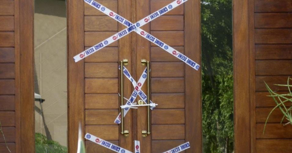 15.fev.2013 - Casa de Oscar Pistorius, em condomínio de luxo em Pretória (AFS), é lacrada pela polícia