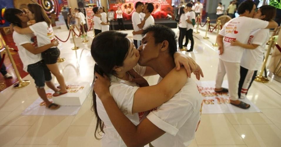 15.fev.2013 - Casal tailandês bate recorde mundial de beijo mais longo, com 58 horas, 35 minutos e 58 segundos