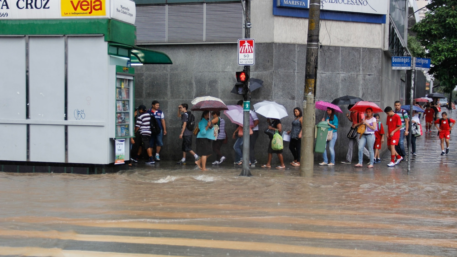 15.fev.2013 - Chuva provoca ponto de alagamento na esquina da avenida Domingos de Morais com a rua Loefgreen, no bairro Vila Mariana, zona sul de So Paulo, na tarde desta sexta-feira (15)
